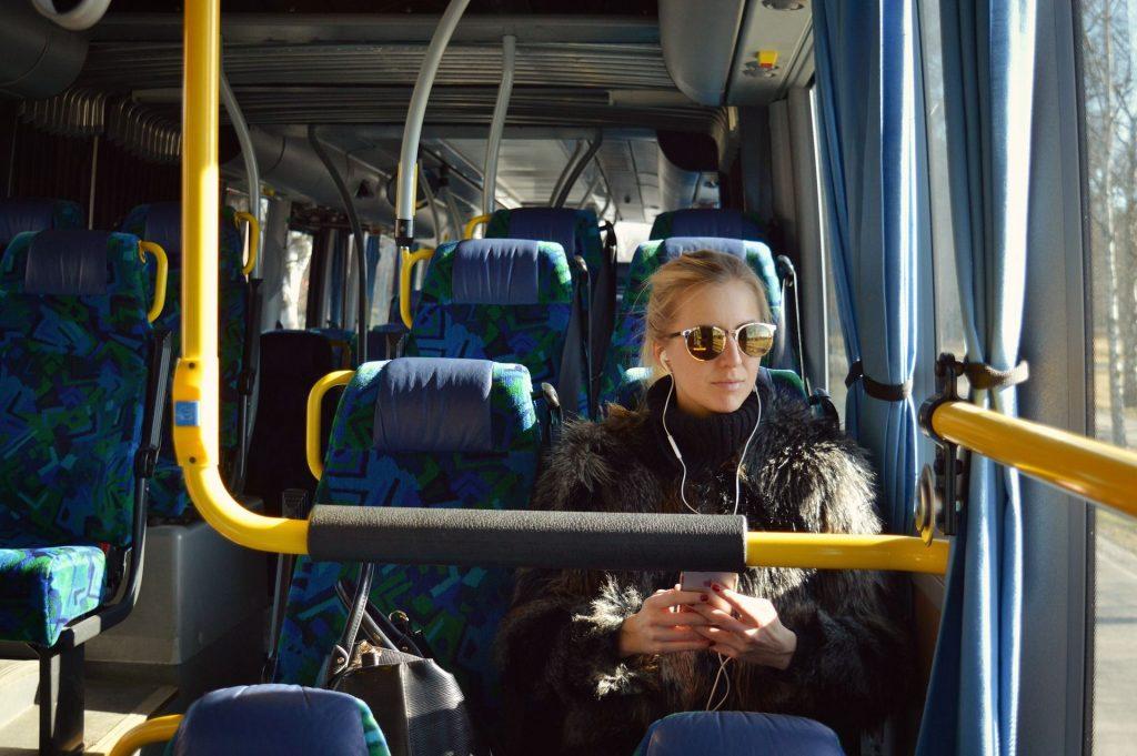 Junge Frau in einem Linienbus