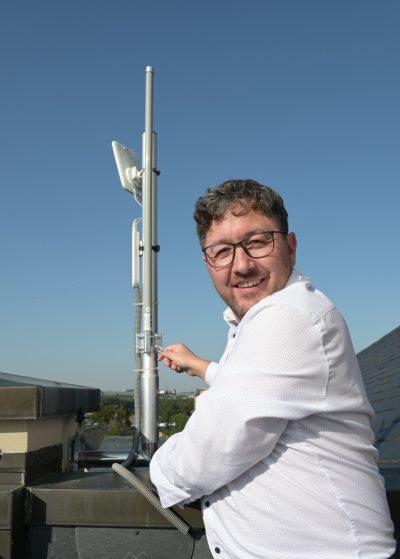 Der IT-Experte Jörg Martin installiert die erste Zwönitzer LoRaWAN-Antenne